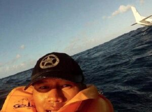 الراكب الناجي من حادثة تحطم طائرة في هاواي، وقد لقي راكب زميل آخر له حتفه، وقد وجدها فرصة مناسبة لالتقاط سيلفي