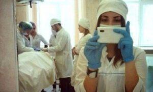 طبيبة أمريكية تلتقط سيلفي؛ كونها ستكون مادة مناسبة للإنستغرام
