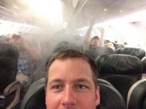 لم يمنع الدخان وحالة الفوضى التي عمت في إحدى الطائرات هذا الشخص من التقاط السيلفي
